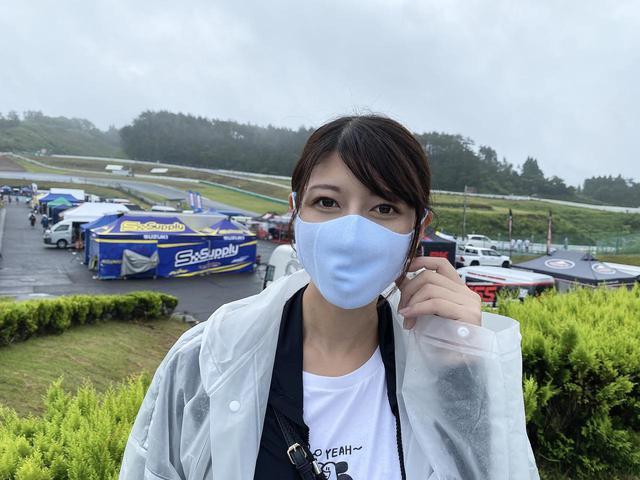 画像: 全日本ロードレースの取材で、さっそくシームレスマスクを試す大関さおりもペールブルー。