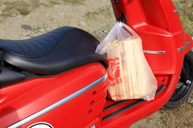 画像: 薪の持ち運びにはコンビニフックが役立ちました。フットボードが広いため、薪一束くらいなら楽勝!