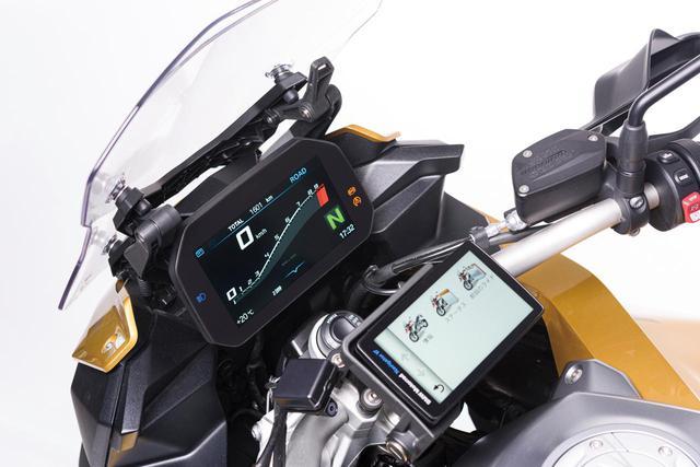 画像: 6.5インチという大きなサイズで優れた視認性も確保した、TFTフルカラー多機能液晶メーター。スポーツ走行向け表示など、盤面デザインを様々に選択可能。スマートフォンとBluetooth接続し、メーターとしての機能に加えてナビ、音楽、通話などの機能をメーター側で利用することもできる。手前に見えているのはオプションの専用ナビ。