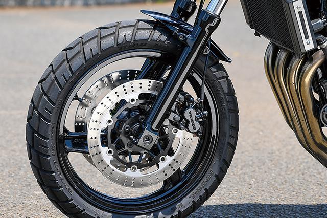 画像: 前後足まわりはφ41mmフロントフォークや17/18インチホイールほかZRX-Ⅱ純正で、フロント17/リヤ18インチタイヤはSHINKO製を履く。