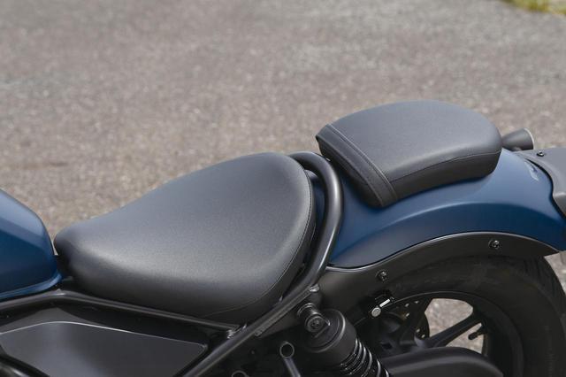 画像: シンプルな前後セパレート式シートは、この薄さながら座り心地もよく、クッション性も悪くなかった。タンデムシートはビス1本で取り外し可能。カスタムも幅も広そう。