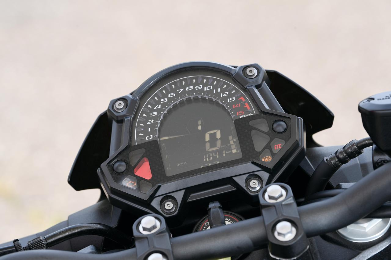 画像: 円周部にタコメーター表示をもち、中央にギアポジション、スピードを表示するシングル液晶メーター。オド&ツイントリップ、平均&瞬間燃費、エコインジケーターも装備する。