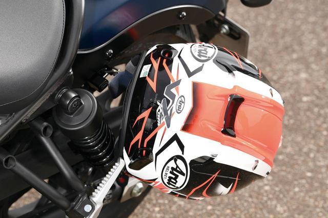 画像: 外部ヘルメットホルダーを標準装備。シート幅がスリムなため、クルーザーに求められる荷物の積載性はそう高くはない。バックレストやサドルバッグも純正用品として用意。