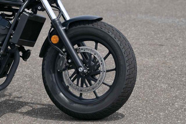 画像: フロント130㎜幅の16インチタイヤがクルーザーっぽくないハンドリングを生み出す。ブレーキはインナーローターまでデザインされた。ABSを標準装備する。