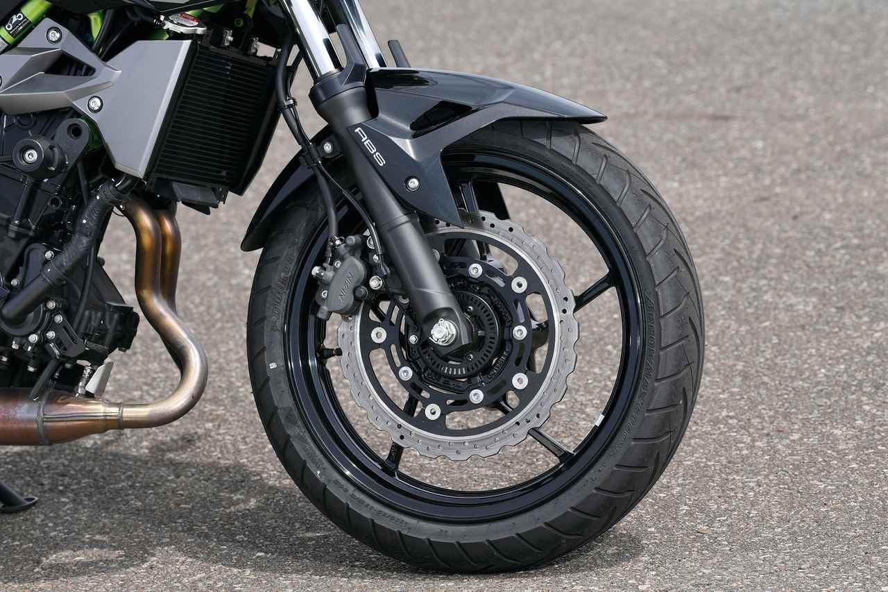 画像: ブレーキはZ1000と同径のφ310㎜セミフローティングディスク。キャリパーはニッシン製片押し2ピストンで、軽量な車体に過不足ないブレーキングを味わえる。タイヤはダンロップGT601。