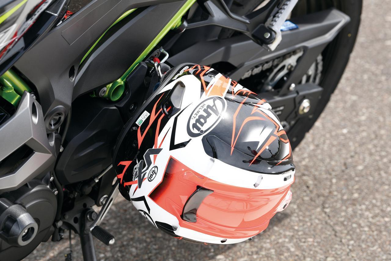 画像: 外部ヘルメットホルダーを標準装備。荷かけフックは、タンデムステップホルダー部に1か所装備されている。外部ヘルメットホルダー、荷かけフックをないがしろにしないのはカワサキの良心といえるだろう。