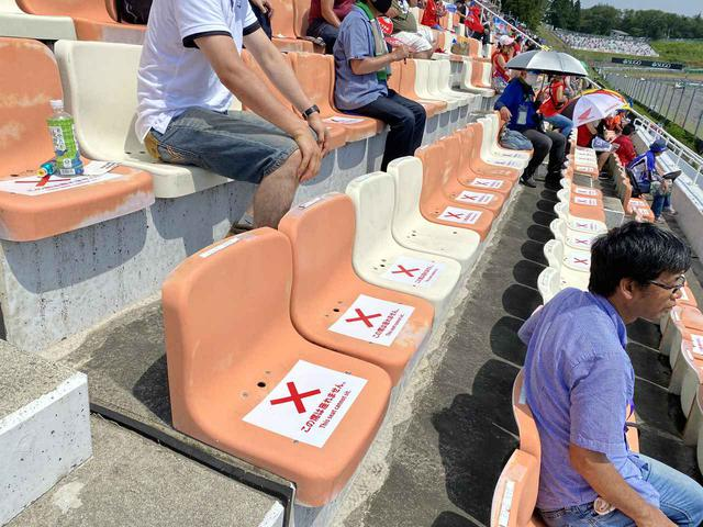画像: 背もたれの付いたシートは3つの座席を挟んで座るように指示されています。