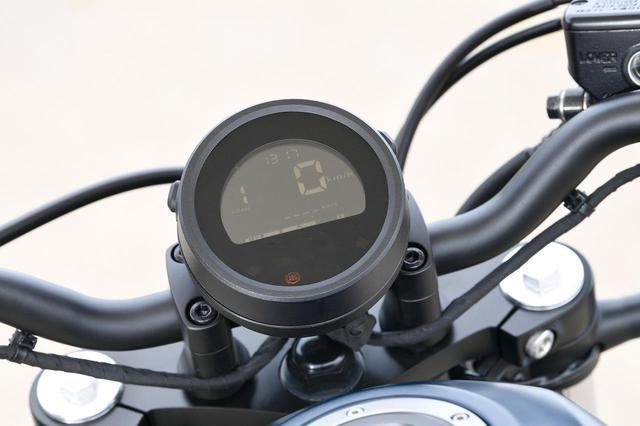画像: 丸型一灯のシンプルなメーターもレブルっぽい。白文字の反転液晶メーターで、ギアポジションインジケーターやオド&ツイントリップ、瞬間&平均燃費も表示する。