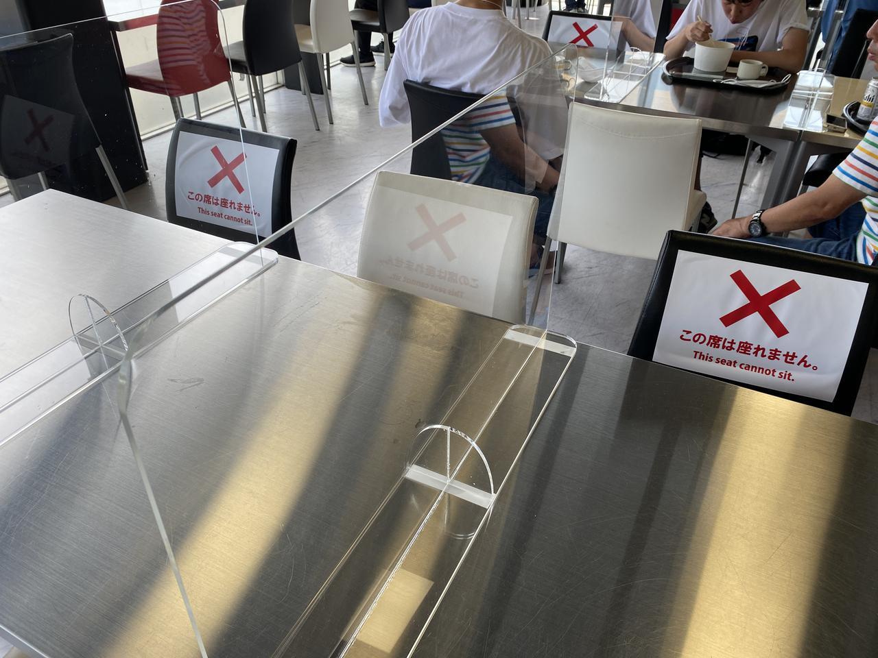 画像: 座席は一定の間隔で着席するよう印が貼られていました。