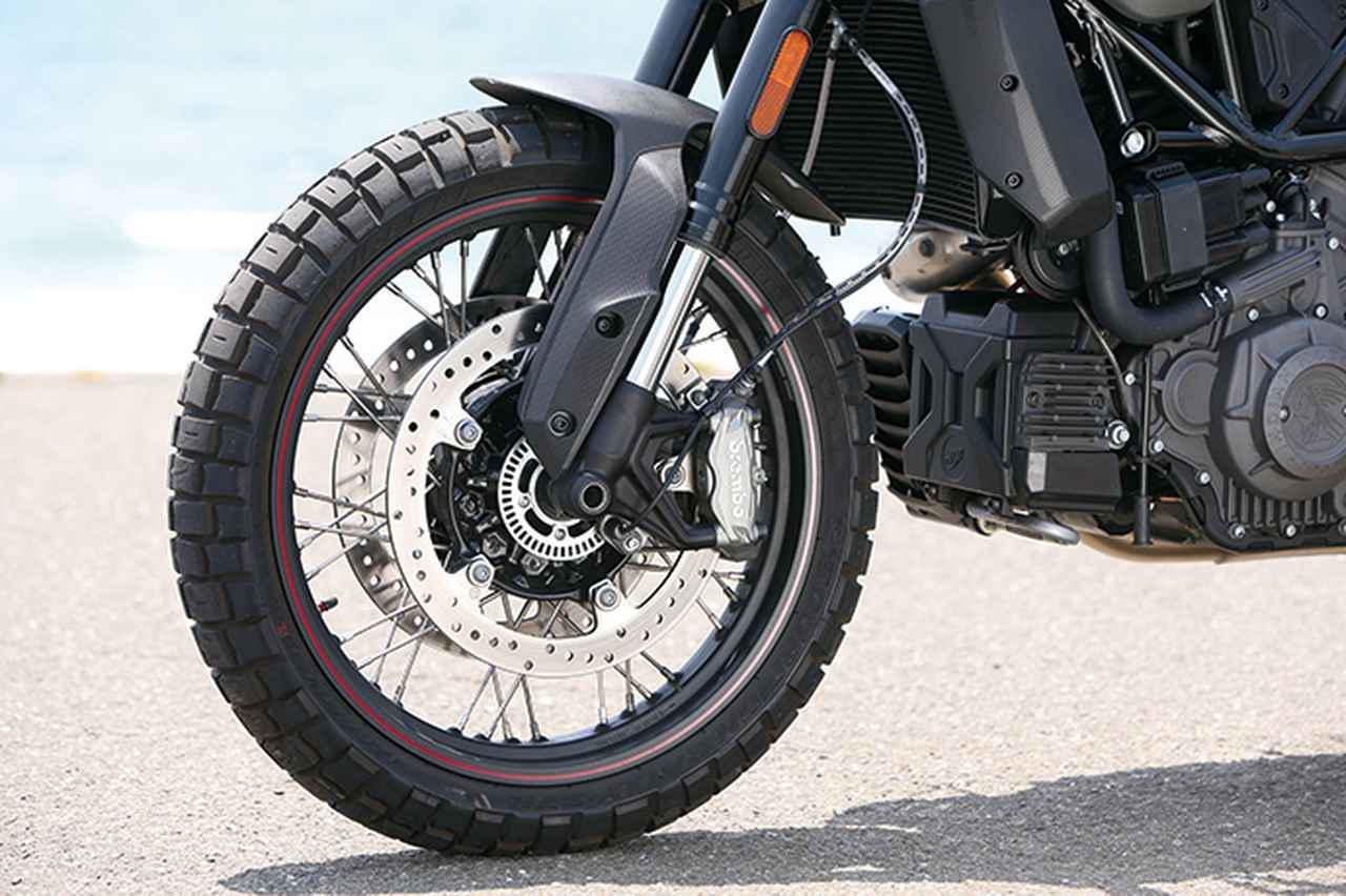 画像: 19インチホイールはスポークタイプで、タイヤはピレリのスコーピオンSTRというブロックタイヤを採用。キャリパーはブレンボ製。