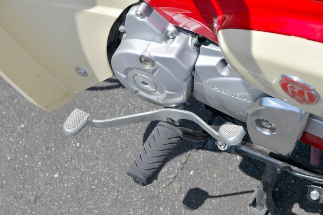 画像: 最新のスーパーカブ110(JA44)も、前後踏める。