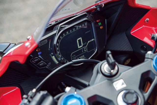 画像: 反転表示の液晶メーターはギアポジションはもちろん、ラップタイマーやパワーモード表示も備わる。