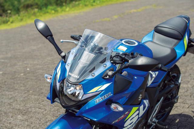 画像: 同社のGSX-Rシリーズを彷彿させるスポーティなデザイン。ヘッドライト左右には吸気口が配置される。