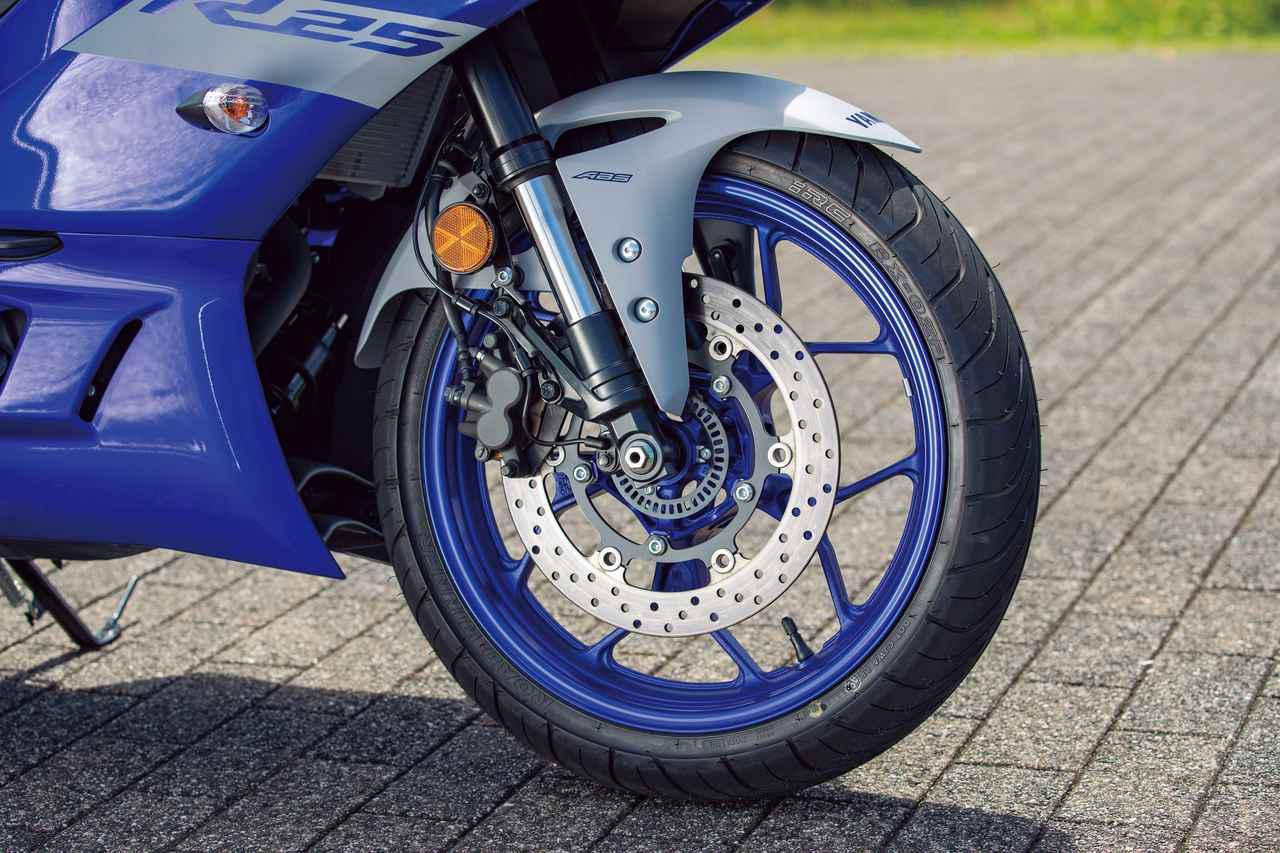 画像: 新型では37㎜の倒立サスを採用。鍛造10本スポークホイールに298㎜径のブレーキを組み合わせる。
