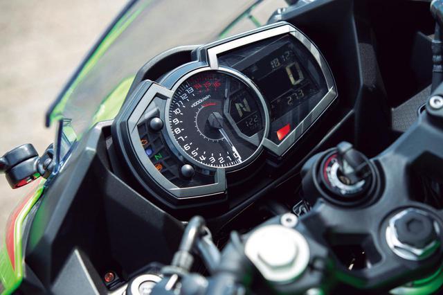 画像: メーターはアナログの回転計に反転表示の液晶モニターとコンビ。シフトインジケーターなども備える。