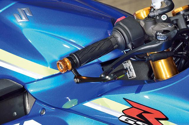 画像: MotoGP発祥で、今やレースの必需品となったレバーガード。さらに最近は公道でも有用なパーツとして人気が高まっているのだ。