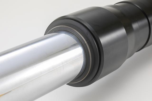 画像: フォークシールはローフリクションで定評のスウェーデン・SKF製を採用している。磨き上げられたクロームインナーチューブも美しい。