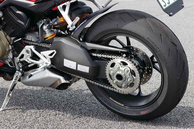 画像: スイングアームは片持ち式。Sのホイールはマルケジーニの鍛造で、タイヤはピレリのディアブロ・ロッソコルサIIを履く。