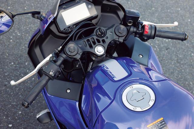 画像: ハンドルをフルロックしても、タンクとグリップの空間には余裕があるので取り回しもラク。切れ角も標準的なものだ。