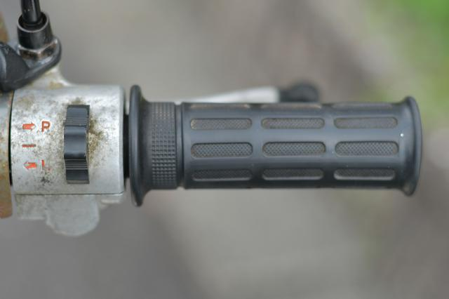 画像: 古いカブのウィンカースイッチは右にある。