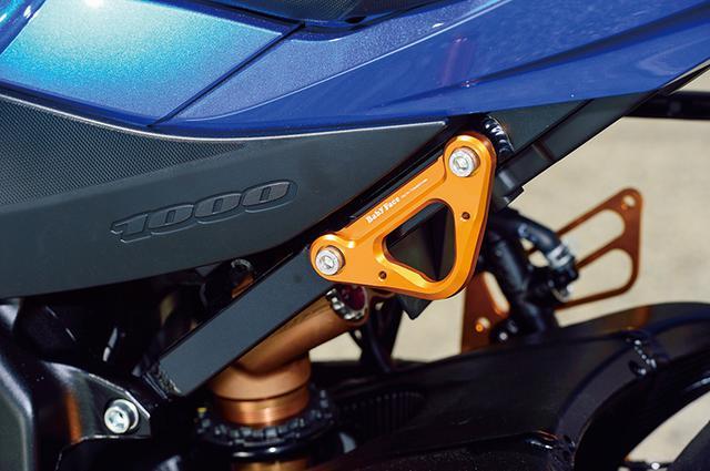画像: タンデムホルダーを外した上で付けるレーシングフックはタイダウン用アンカーポイントとして重宝する。他機種にも広く展開する人気パーツなのだ。