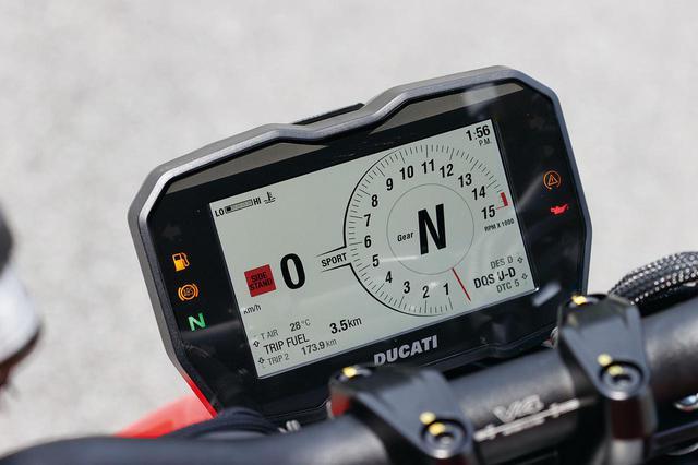 画像: トラコン、エンジンブレーキコントロール、ウイリーコントロールなど電子制御も満載。ライディングモードは3種類が選択できる。