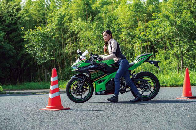 画像: 押しはじめに車体が重く感じて、少し大回りになっちゃいました。でも、タンクの形状が良くて体重を掛けてバイクを押すときにちょうど良い位置に収まる感じで、上手くバランスが取れるなと思います。(ステラ)