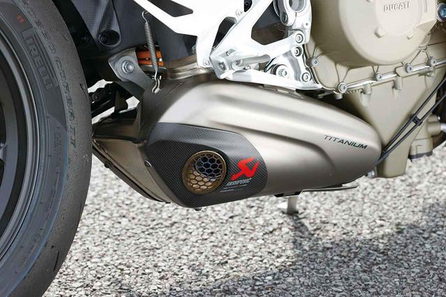 画像: EURO4をクリアした車検対応品のサイレンサーキットはアクラポビッチ製。0.8㎏の軽量化も実現する。87万6513円(税込)。