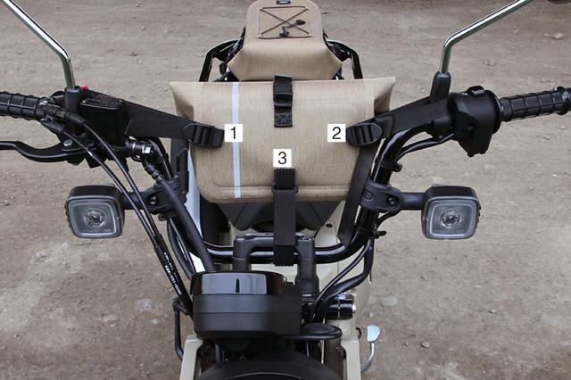 画像: バッグの裏にストラップを三カ所配備。これを使って簡単に留められます。工夫すればハンドル以外にも装着できそうですね。
