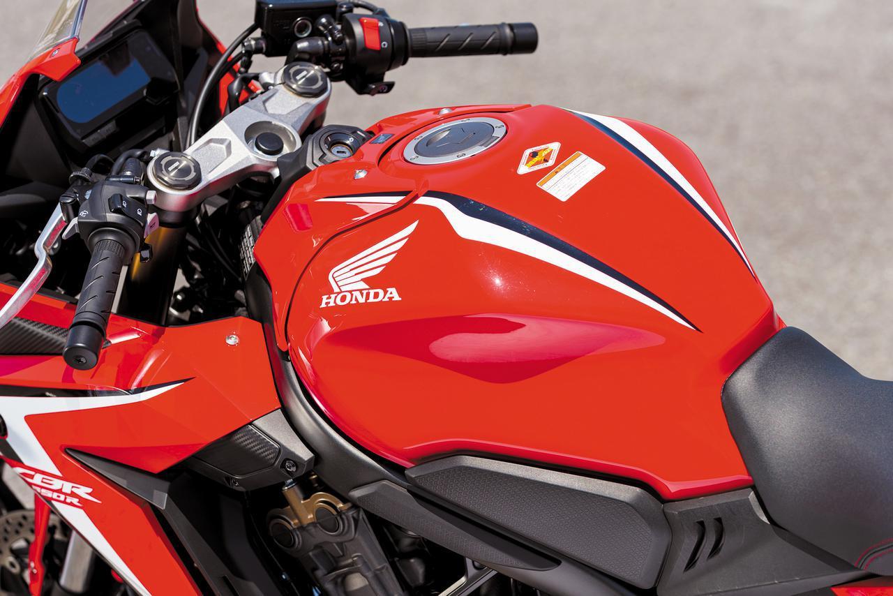 画像: 燃料タンク容量は15リッターを確保。形状を工夫することで、スリムなライポジを実現している。