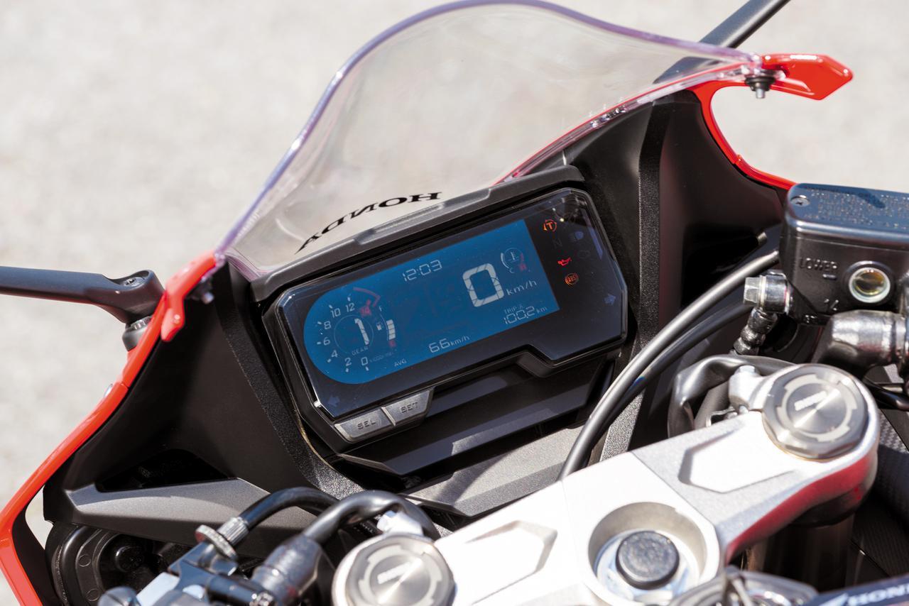 画像: 視認性を重視した、薄型の軽量デジタルメーターを採用。シフトアップインジケーターを備えている。