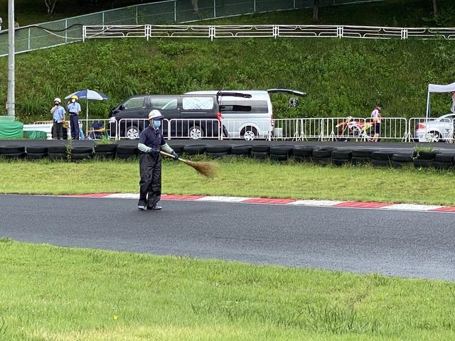 画像: レースが終わり掃いて下さっている様子。