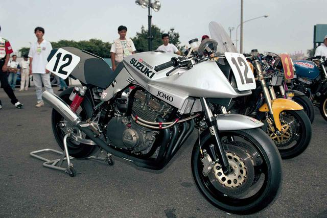 画像: 1995年の鈴鹿ロードレース「NK1」に出場した、ヨシムラ製の1100カタナレーサー。カタナのデビュー当時にAMAスーパーバイクを走らせたヨシムラならではのマシンチョイス! 後にこのシリーズに参戦するマシンはGSF1200に改められたが、1135RはAMAレーサーカタナと、このNK1レーサーカタナを参考に作り上げられた。特に車体まわり、フレーム補強の個所などは、このNK1マシンを再現したという。