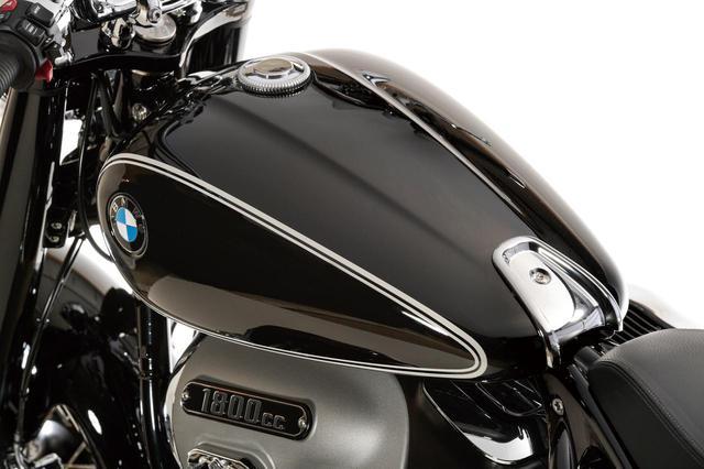 画像: 優美な曲面で構成される燃料タンクの容量は16Lで、メーカー公称の最小航続距離は290㎞。上質で艶やかなブラックペイントにピンストライプとBMWエンブレムをあしらった、クラシカルなカラー&グラフィックは上級モデルのファーストエディションに採用されているもの。