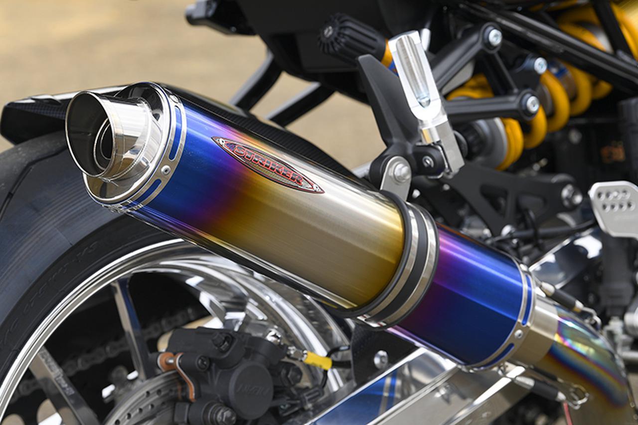 画像: マフラーはストライカー・ストリートコンセプト チタンフルエキゾースト/真円サイレンサー。SZではオプションでサイレンサー形状や色が選択できる。Z900RSにはブラック×真円が人気とも。タンデムステップもストライカーだ。