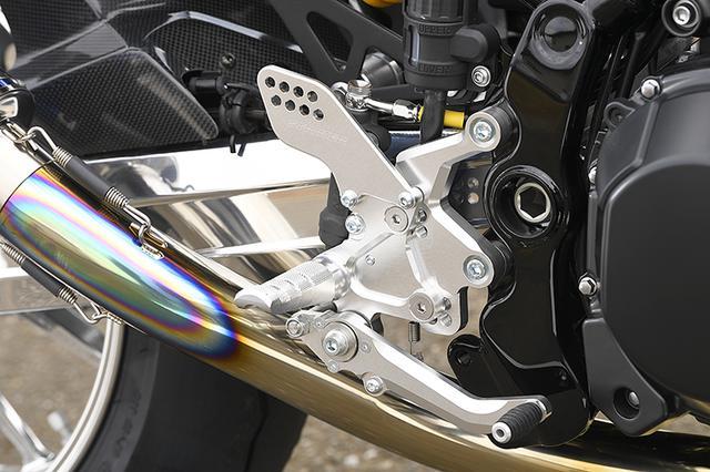 """画像: ステップは人気商品のストライカー・スポーツツーリングコンセプト""""STC""""ステップキットで、シルバーを選択(SZ標準はブラック)する。"""