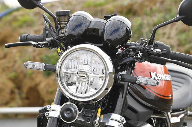 画像: LEDのヘッドライトやウインカーはZ900RSのノーマルだ。フロントブレーキマスターシリンダーはブレンボRCSに換装されている。