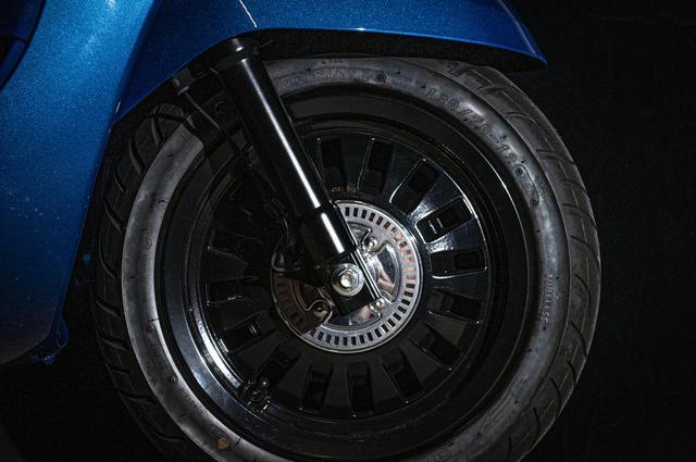 画像: ジャンゴ スポーツのホイールはブラックカラーを採用。125ccモデルもABSを標準装備しています。クルマのホイールのようなプジョーらしいデザインですね。