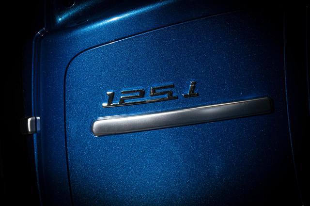 画像: 給油口になっているサイドパネルには「125 i」のエンブレムがデザインされています。