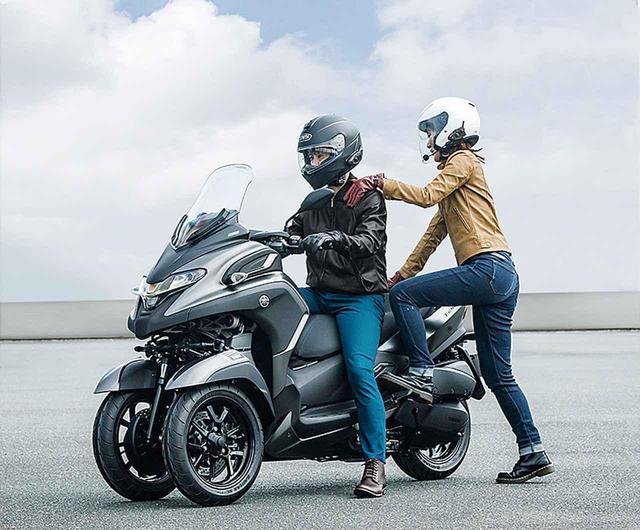 画像: トリシティ300は、ヤマハの二輪市販車としては初めて、自立をサポートする「スタンディングアシスト」機能も搭載!