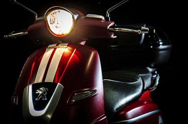 画像1: 【特別仕様車】ディテールの細部まで麗しいフレンチスクーター「プジョー・ジャンゴ スポーツ」の類稀なデザインに迫る! - webオートバイ