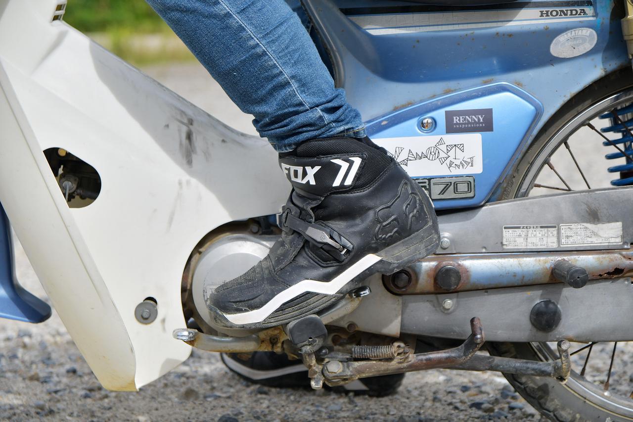画像: ぱっと見は普通に足を載せてるだけ。しかし、この足裏がライダーを支え、車体への入力を行うのだ。