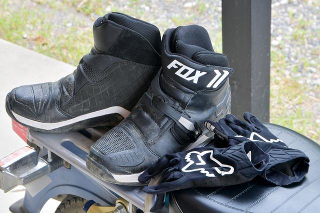画像: グローブと靴は、車体への入力を行う超重要アイテム