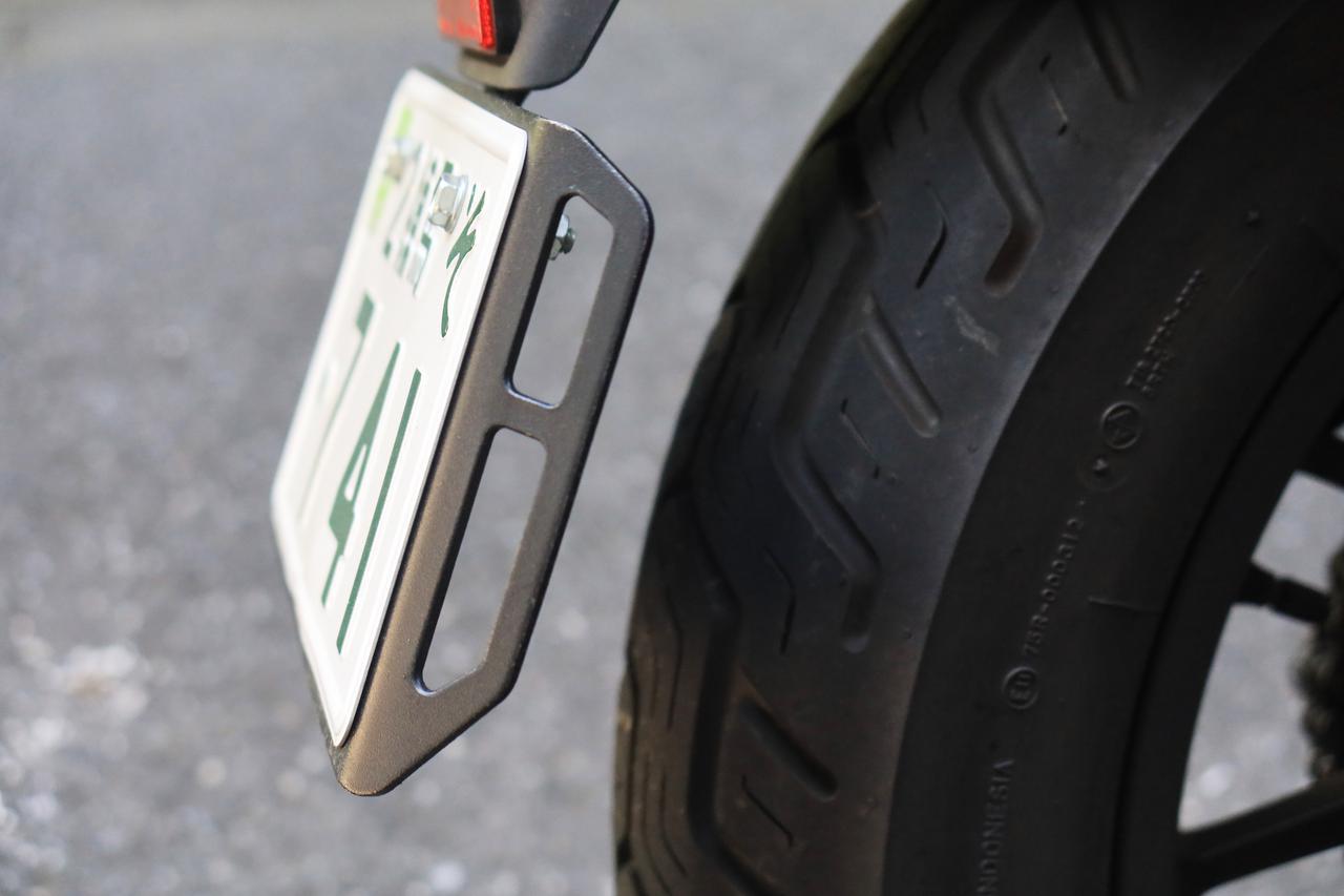 画像: ナンバープレートと供締めすることで荷掛箇所を増設するシロモノです。