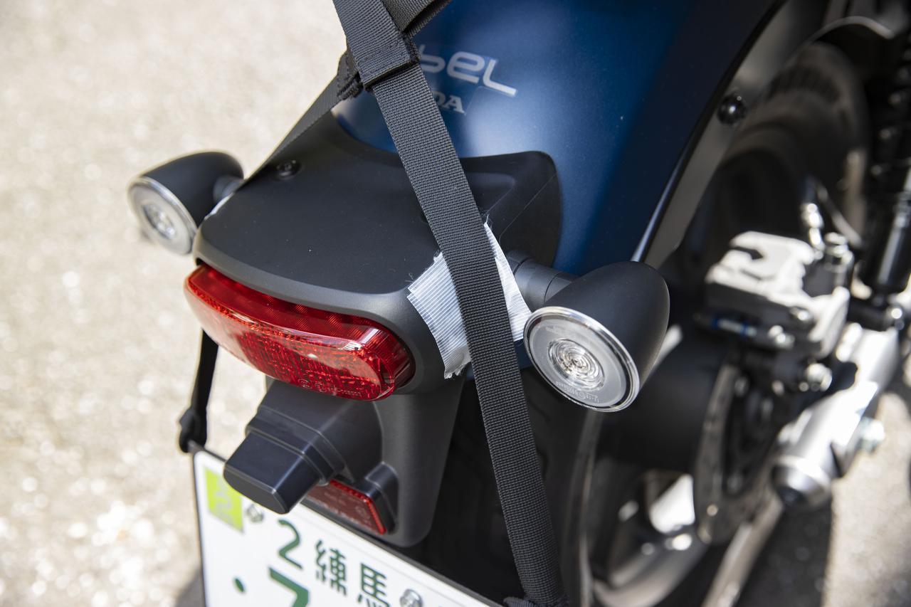 画像: ちなみに。取付ベルトと車体がどうしてもこすれてしまう。そんなときは養生テープを貼ると、バイクに傷がつきませんよー!