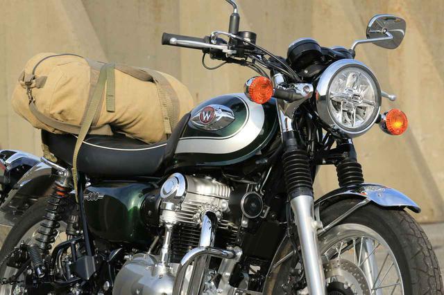 画像: 【積載インプレ】カワサキ「W800」/優秀な荷掛箇所+グラブバーを標準装備でパッキング性能高し。帆布のバッグがよく似合う! - webオートバイ