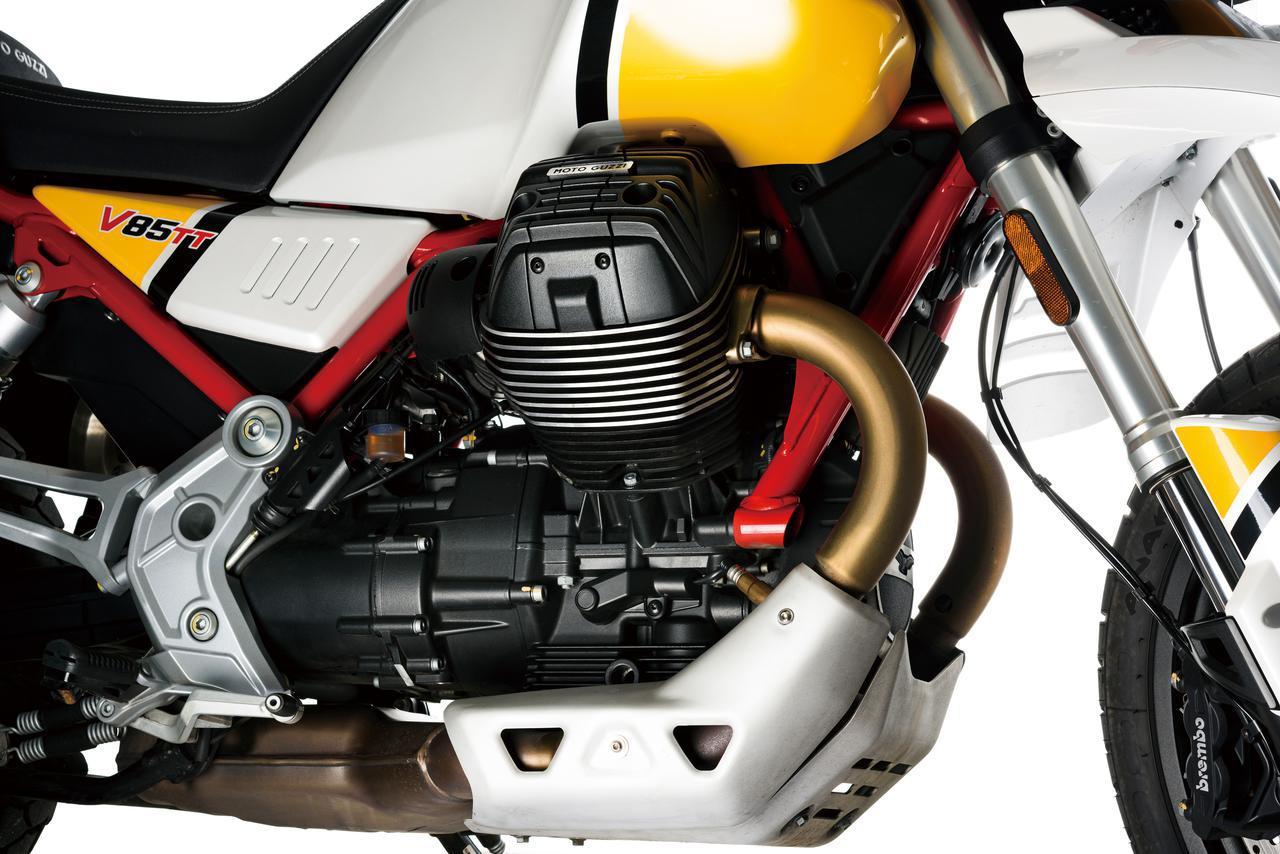 画像: 排気量850㏄、空冷縦置OHV2バルブV型2気筒エンジンと聞くとV9系がベースと思われそうだが、V85TT用のエンジンはシリンダーヘッドからクランクケースまで完全なる新設計。レーシングマシンに使われるチタンなどの素材も使用して最高出力80HPという強力なパワーを発揮。クランクケースはフレームの強度メンバーとして利用することを前提にデザインされ、潤滑系も信頼性を高める贅沢な造りを採用。