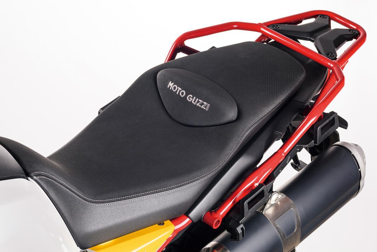 画像: 着座時の快適性に加えて、オフロード走行時のスタンディング姿勢での動きやすさも両立させるために、ライダーとシートの接触範囲について幅広い研究を行って開発されたシート。シート高は830㎜に抑えられ、車体の形状にも配慮することで優れた足着き性を実現。シートの下には実用的な収納スペースも用意されている。