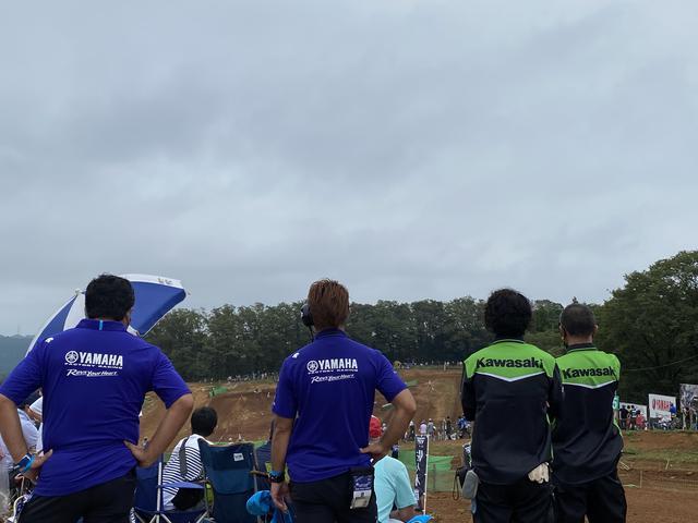 画像: 後ろの方で動きながら見ているチームの方。