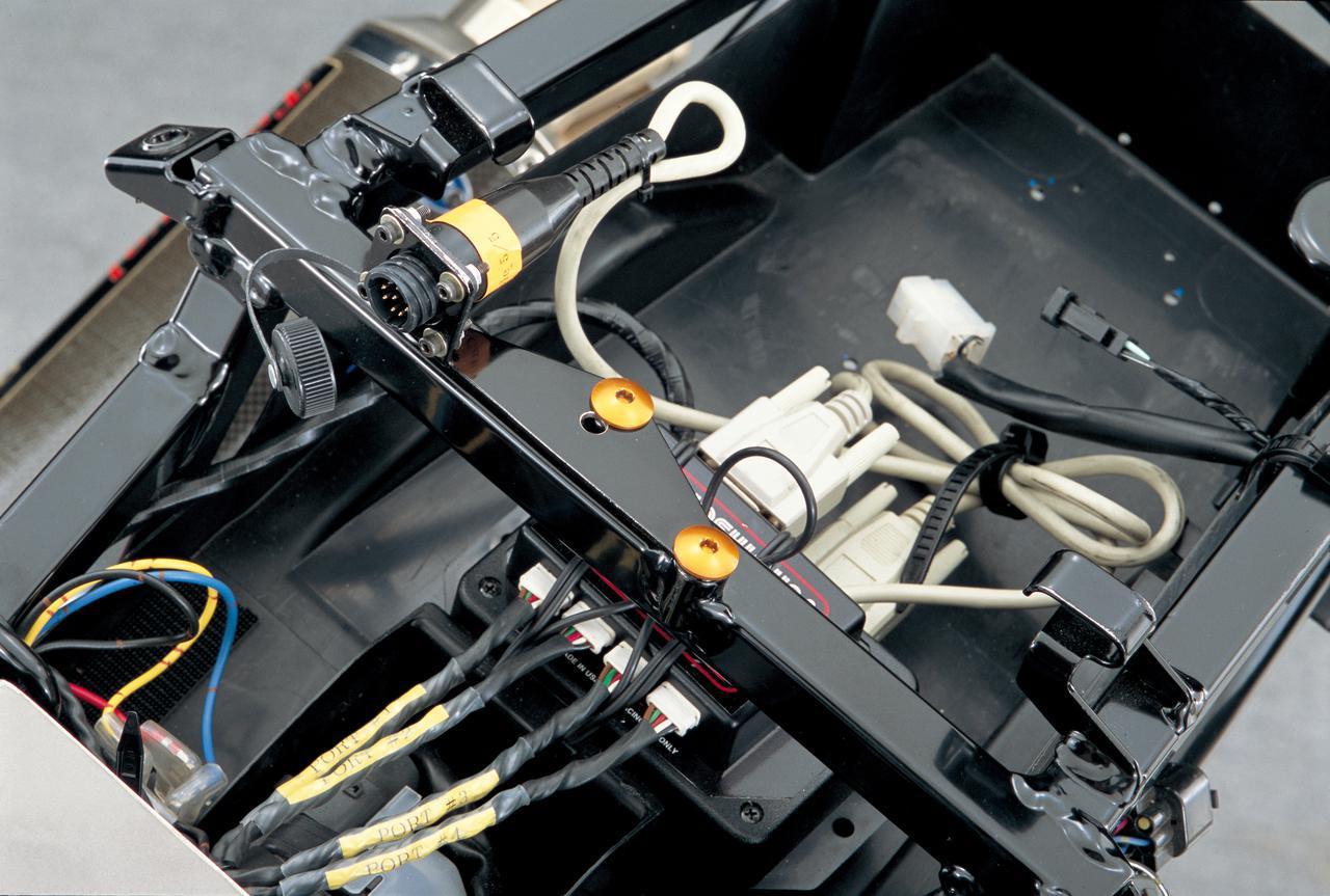 画像: 後端の小物入れには燃料噴射のセッティングを変更するためのサブコンピュータ、EMSが装着され、さらに、スイッチの操作でセッティングを瞬時に切り換えられる3ウェイスイッチや、これをEMSに接続する際に必要なアクセサリーハブなど、本来は別売りとなっている部品も標準装備される。
